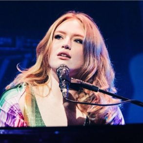 Freya Ridings - Love is Fire - Capture YouTube